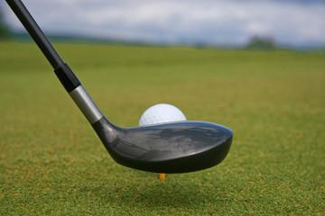 club et balle de golf sur le tee