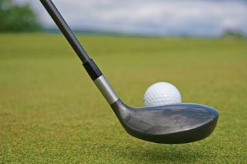 club et balle de golf sur le green