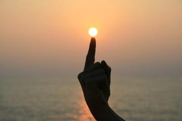 toucher le soleil avec le doigt