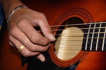guitariste qui gratte