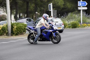 moto sportive bleu