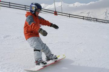 enfant debutant en snowboard