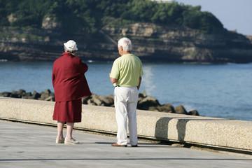 couple de personnes âgés qui regarde la mer