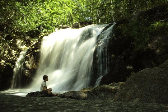 yoga et chute d'eau