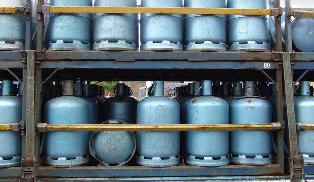 bouteilles de gaz alignées