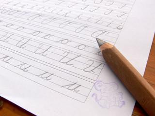 Schreibübung eines Erstklässlers mit Belohnungsstempel
