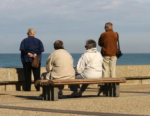 personnes âgées assises sur un banc