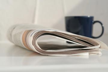 Zeitung mit Tasse