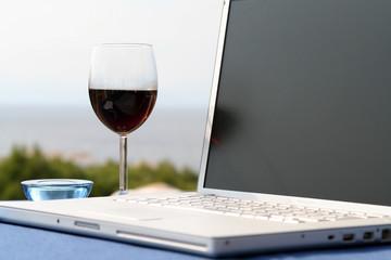 Laptop, Notebook mit Weinglas