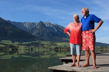 Paar entspannt am See