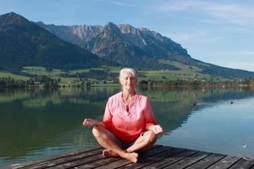 reife Frau meditiert