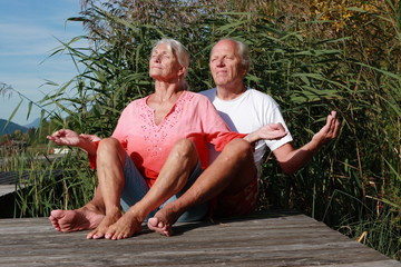 Meditierendes älteres Paar