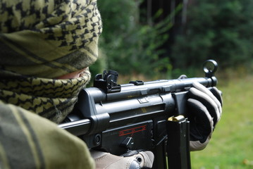 Schiessender Soldat mit Shemag
