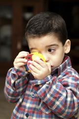 Niño con camara fotografica jugete