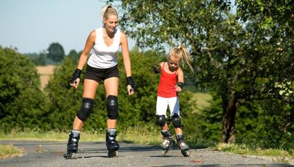 Mutter skatet mit Tochter