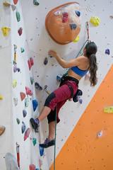 Kletterin an der Kletterwand