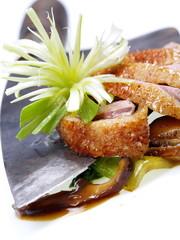 chinesische ente mit pak choi und shiitake pilzen