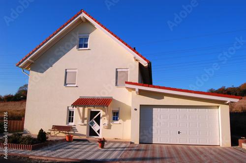 Alleinstehendes haus mit garage stockfotos und for Haus mit garage