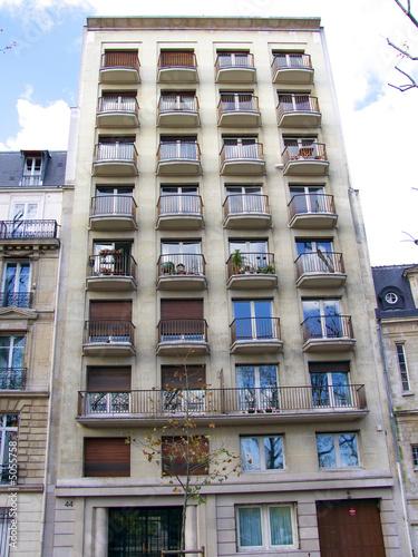 immeuble moderne balcons ronds paris photo libre de droits sur la banque d 39 images fotolia. Black Bedroom Furniture Sets. Home Design Ideas