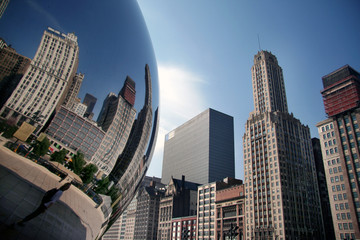 Wolkenkratzer-Spieglung im Millenium Park in Chicago