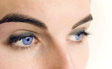 regard bleu profond