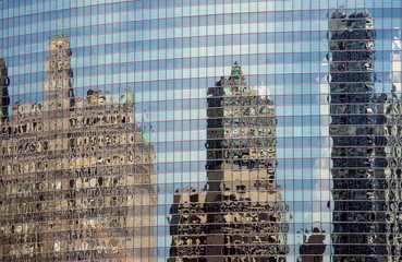 Wolkenkratzer im Spiegel einer Fassade