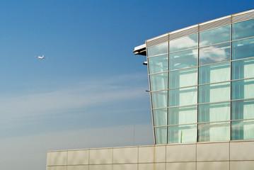 Abflughalle und Flugzeug