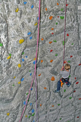 Mädchen in der Kletterwand