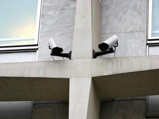 Caméras de vidéo surveillance sur croix de béton.