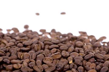 Kaffeebohnen mit weißem Hintergrund