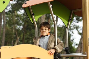 petit garçon souriant avec des lunettes
