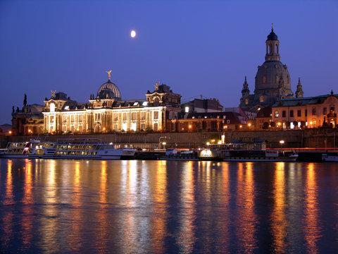Dresden am abend mit Frauenkirche