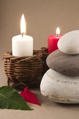 Foto op Plexiglas Spa 3 galets en équilibre des bougies et deux feuilles