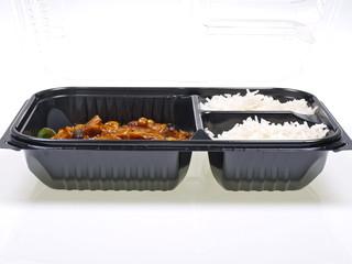 cinesisches take away gemüse, reis, erdnüsse