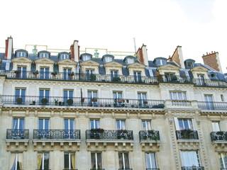 Immeuble blanc avec balcons de fer, Paris VIII