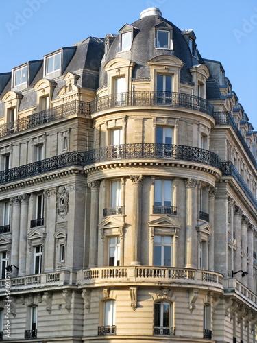 Fa ade de pierre arrondie avec balcon rond paris photo for Facade maison avec balcon
