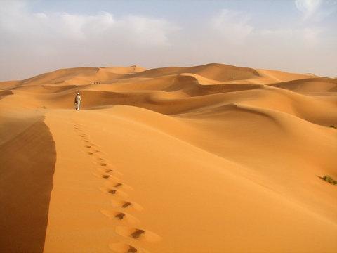 einsamer läufer in der Wüste