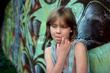 Mädchen vor grünem Grafity