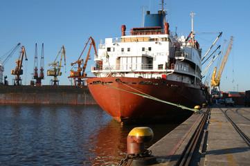 barco en puerto