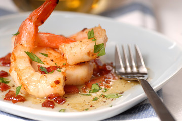 Zelfklevend Fotobehang Schaaldieren Fresh shrimp and scallop sauteed with a bacon vinaigrette