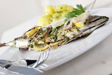Gegrillter Fisch mit kartoffeln