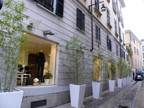 Rue milanaise sous la pluie. Italie.
