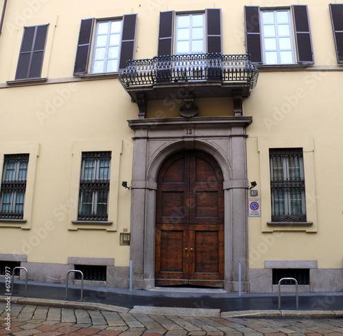 Facade Beige Avec Porte De Bois Et Balcon De Fer Milan Photo