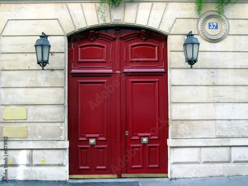 Porte Rouge Sur Façade De Pierre Avec Lanternes à Paris Photo