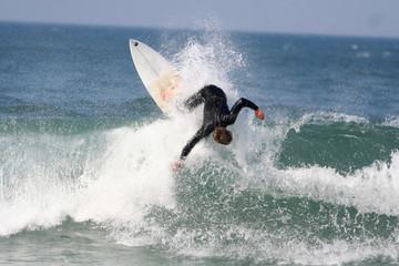 surfeur en action sur une vague