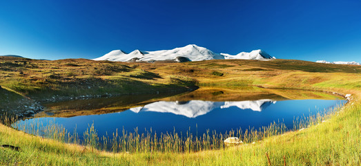 Fototapete - Snowy mountains reflected in lake, Plateau Ukok