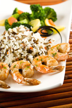Grilled shrimps, rice and steamed vegetables