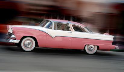 Tuinposter Oude auto s Antique pink car