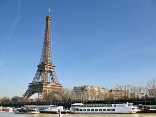 Tour Eiffel et bateaux sur la Seine. Paris, France.