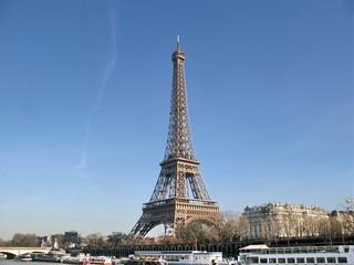 Tour Eiffel au dessus de la Seine, Paris. Ciel Bleu.